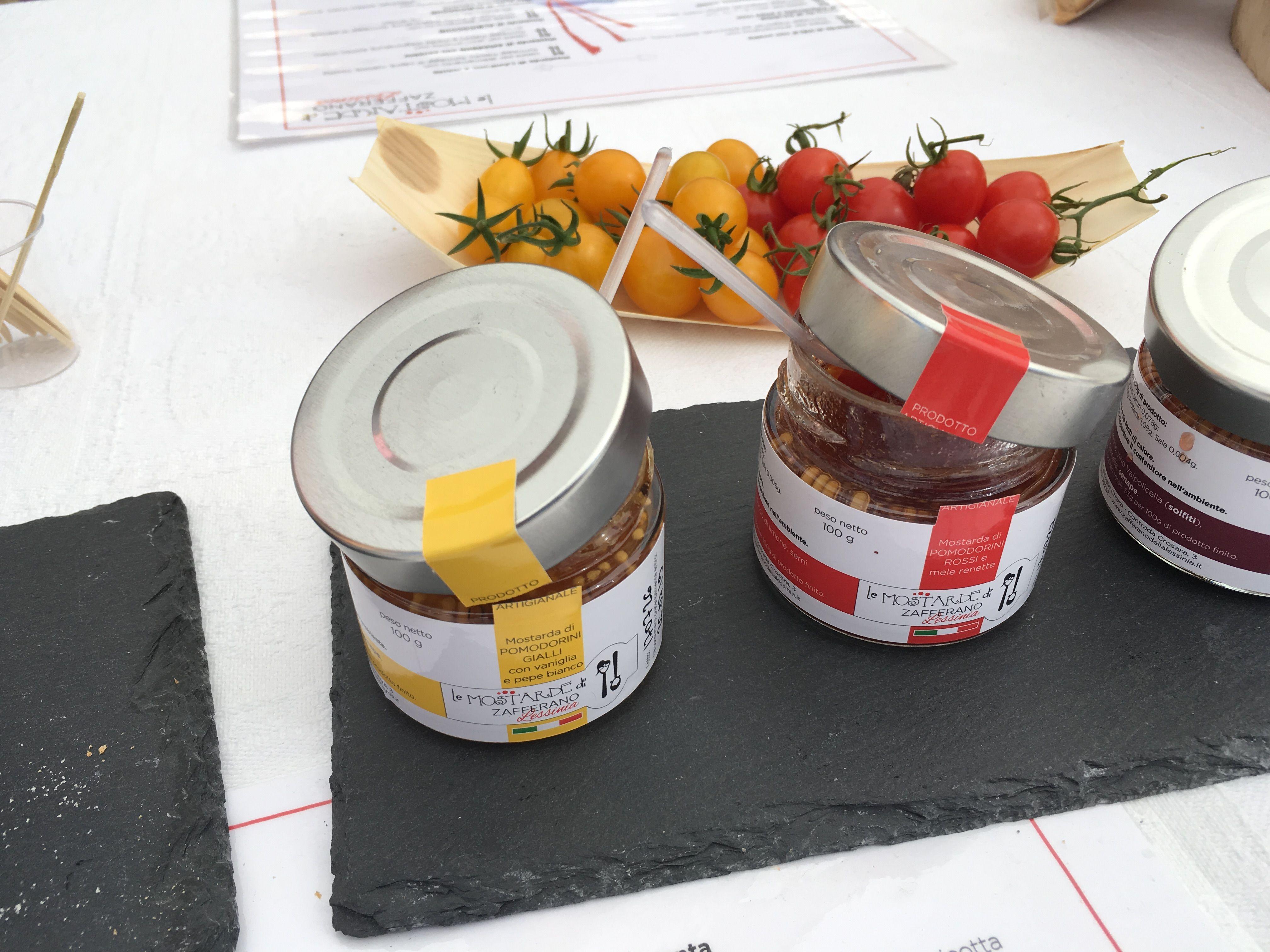 vasetti di mostarda pomodorini gialli e rossi