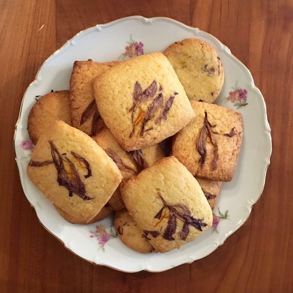 biscotti con fiori essiccati
