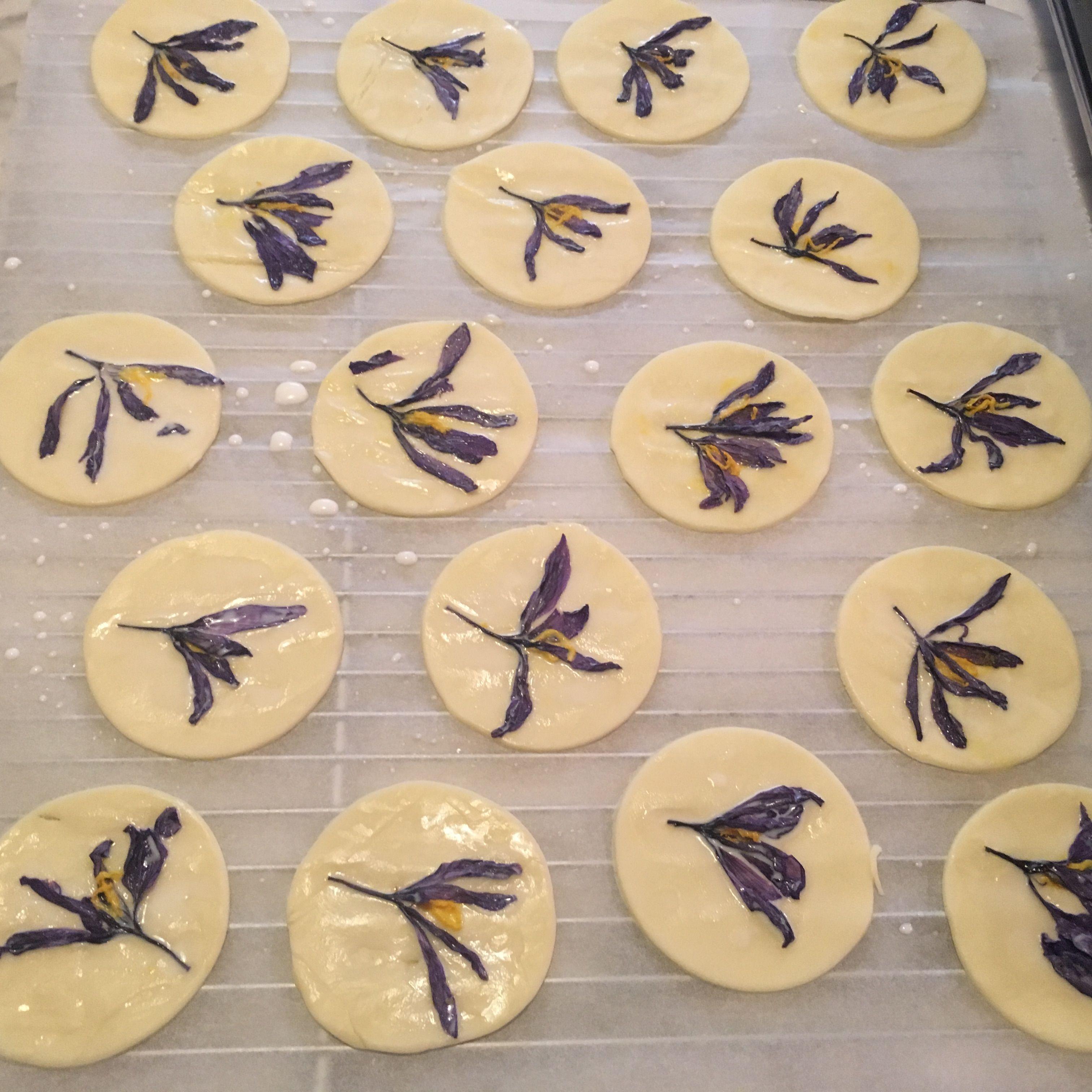 preparazione biscotti con fiori essiccati